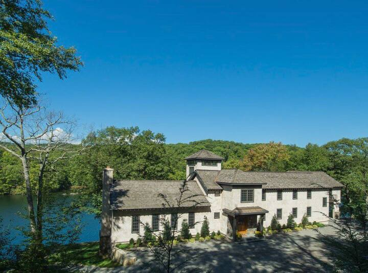 Country estate on w/ lake access