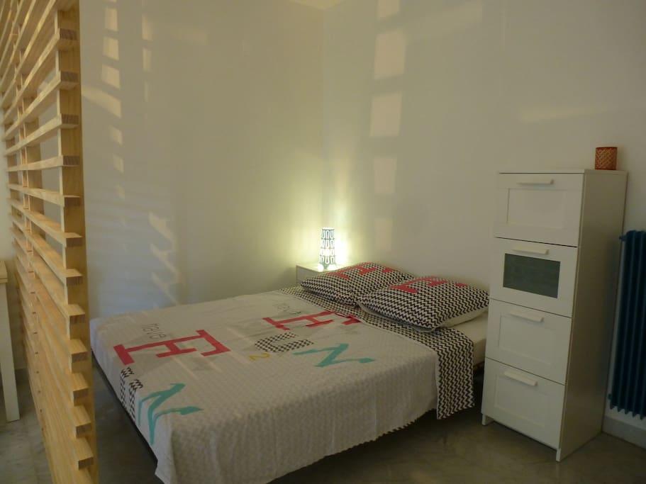 Coin nuit avec un lit 140x190cm