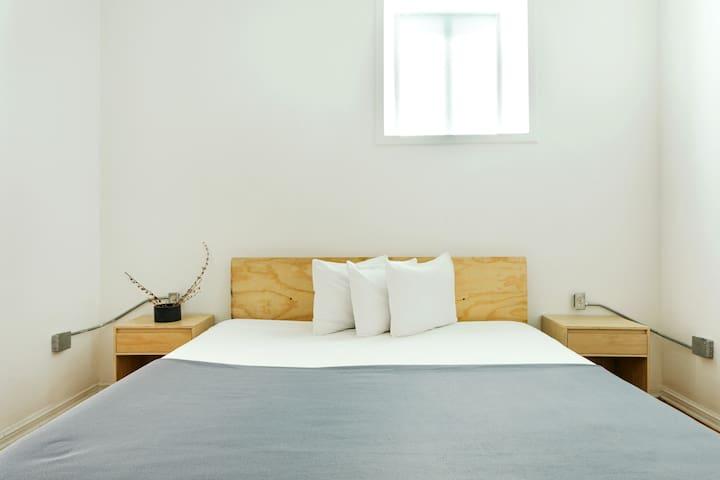 Una cama cómoda para descansar después de explorar la ciudad, o un dia de trabajo exitoso!   A comfortable bed to rest after exploring the city, or a successful day of work!