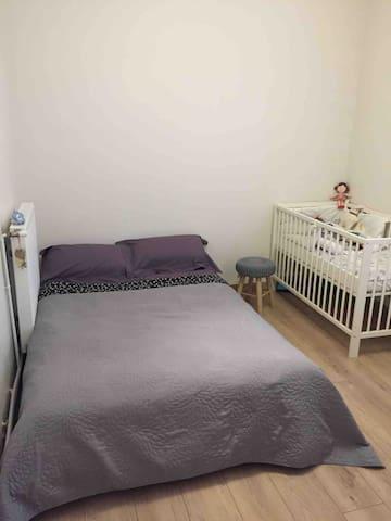2ème chambre avec un lit clic clac ( confortable )   Un lit bébé   Une table à langer, chaise haute et un transat pour bébé  Le linge de lit et les draps de bain sont fournis durant votre séjour ou nuitée.  Fenêtre avec double vitrage