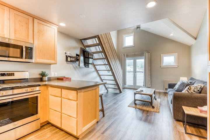 Amazing, east-facing rental w/ views of Arcata and the redwood forest!