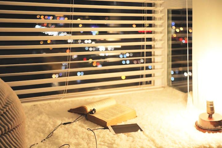 【三拾七·米】摄影师之家,楼下双线地铁口4号7号,有超清投影仪,油画风适合拍照,民宿设有画室书房
