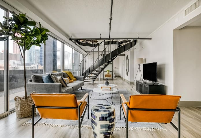 Fantastic downtown views in this loft by Lodgeur
