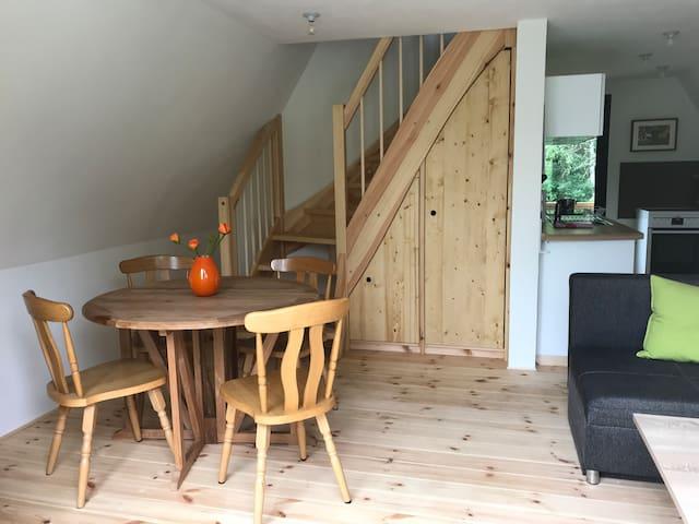 Breite Holztreppe zum Schlafbereich.