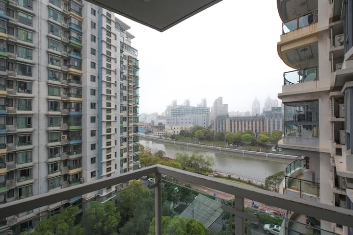 Room with balcony downtown Jing'an, next to metro - Shanghai - Apartment