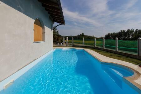 Vilka s bazénem, zahradou a grilem - Mottalciata