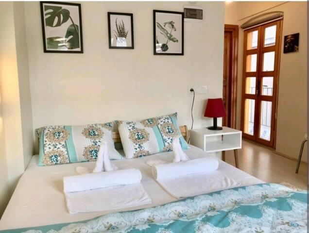 Квартира в самом сердце города, с двумя балконами, стильным дизайном и удобной большой кроватью.