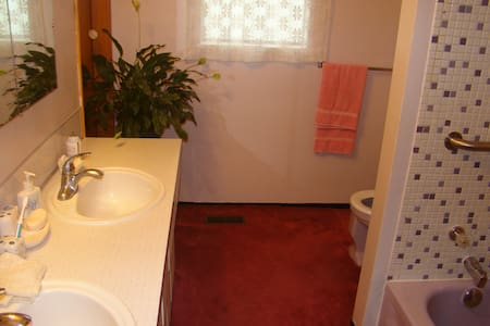 NEW! Private, Bright & Quiet, Close to all Transit - Vancouver - House