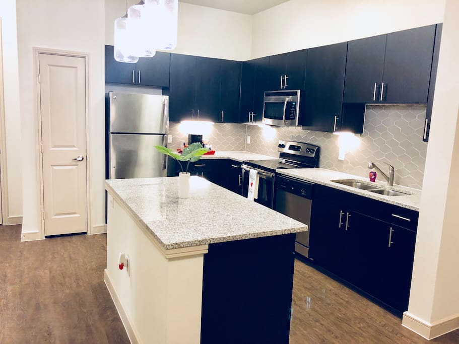 Modern Sleek granite counter tops, Kitchen island , All Stainless Steel appliances , Pantry. Valet trash pick-up *during the week* . Pendant and Under cabinet lighting & 10' tall ceilings .