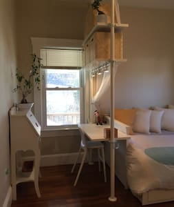 Calm and Cozy Room by the city! - 메드포드(Medford)