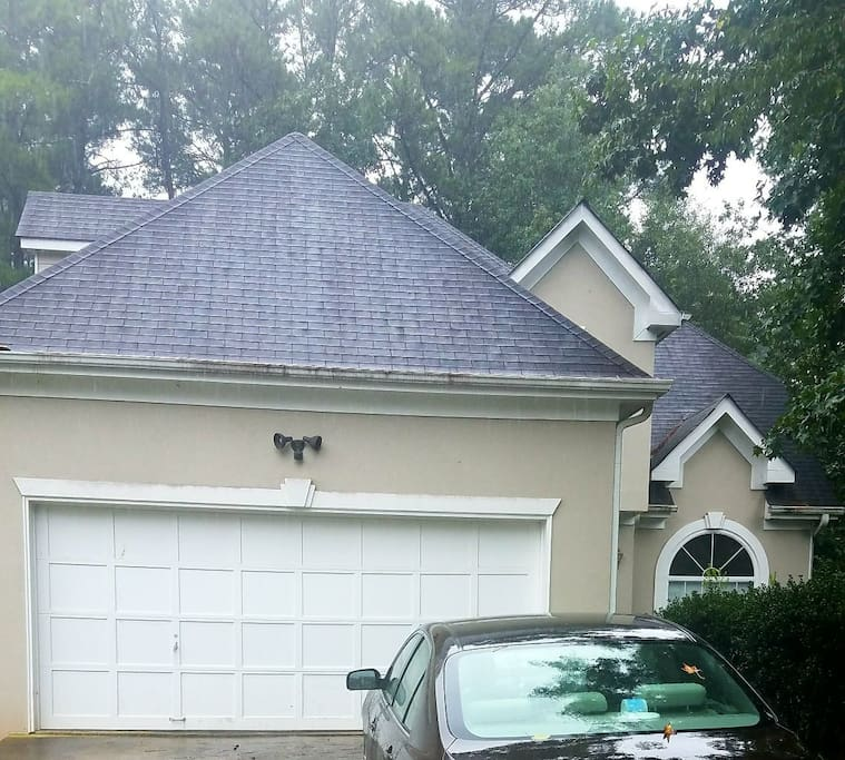 Front of the house : driveway will accommodate 2 guest cars MAX