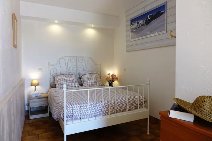 Chambre avec lit en 140x190cm