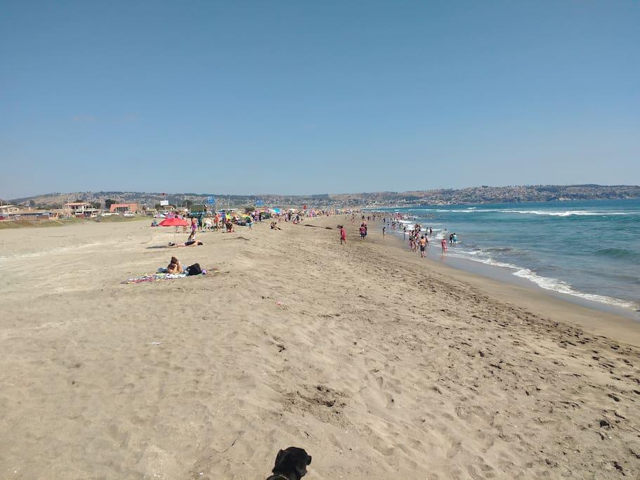 Una playa tranquilla, principalmente visitada por familias