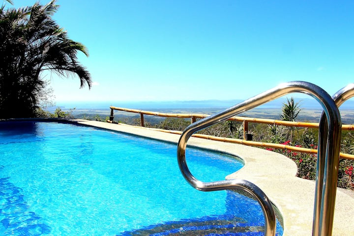 WOODHOUSE AND SWIMMINGPOOL WITH GREAT OCEANVIEW