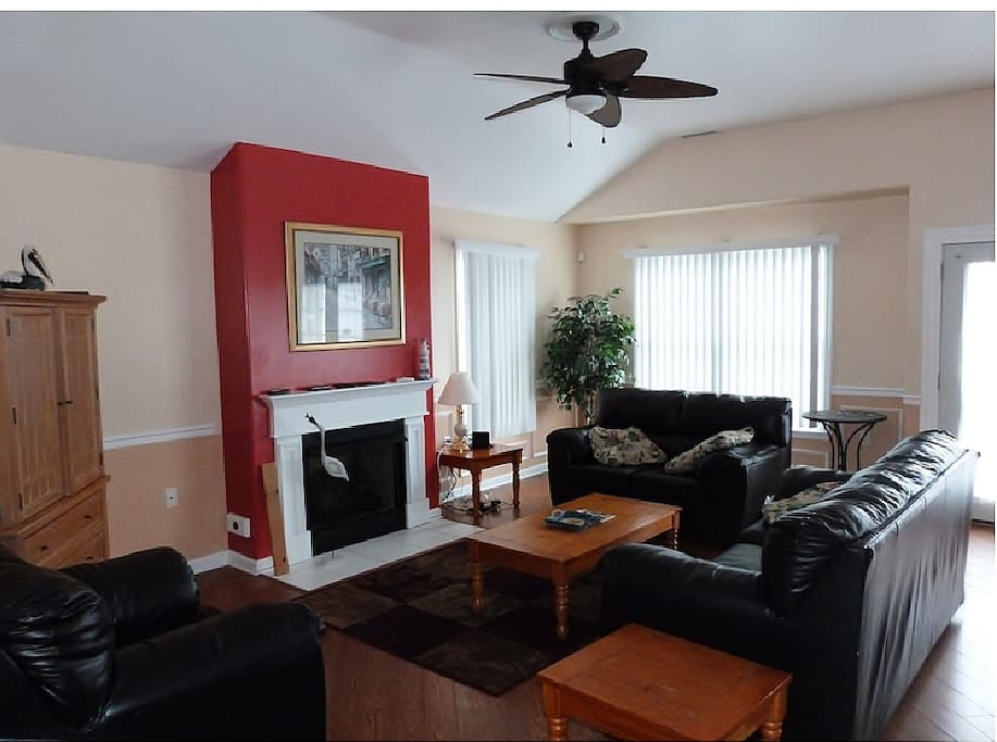 Family Room(TV in the Entertainment Center)
