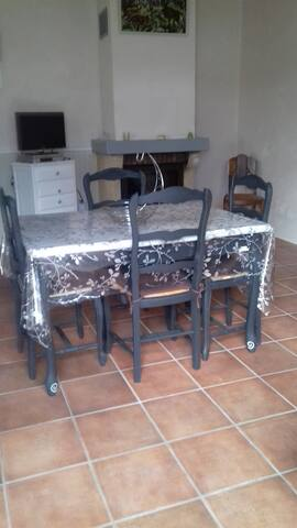 gite rénové table cheminée
