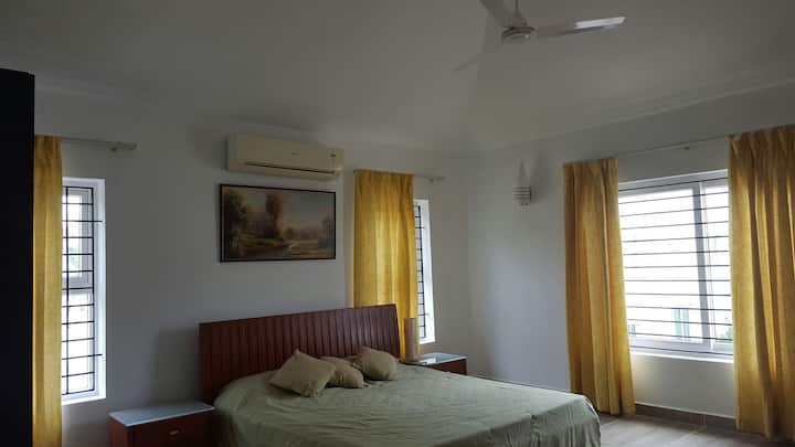 Spacious double bedroom for a relaxing homestay