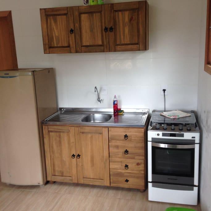 Cozinha equipada com todos os utensílios, fogão 4 bocas e Geladeira
