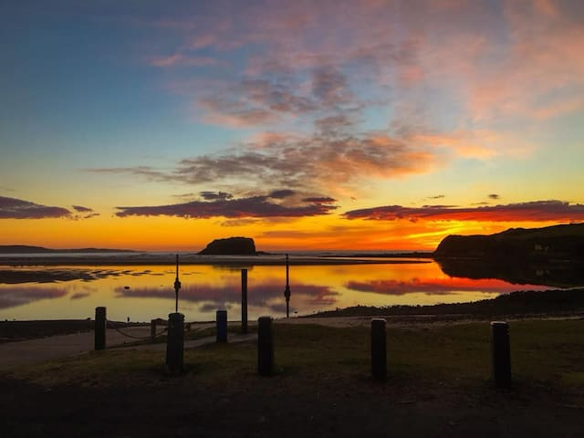 Sunrise at the nearby river mouth and boat ramp. (600mm walk) Great for a quick swim, fishing & launch for boating/canoeing