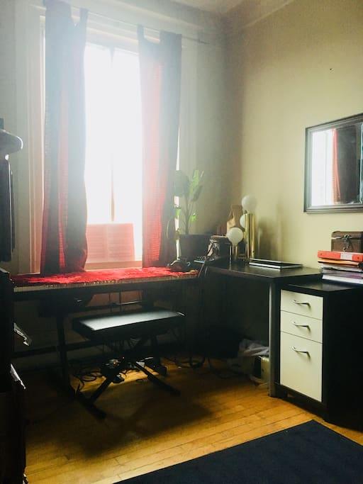 Vous pouvez utiliser le bureau se trouvant dans la chambre à coucher .