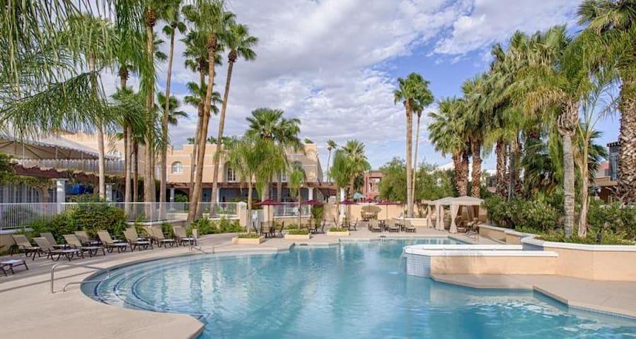 LUXURY KING UNIT W/ SUNSET VIEW, POOL & PARKING!