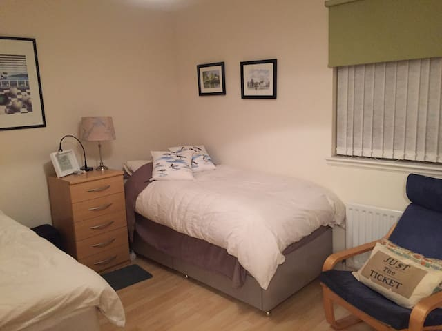 Twin bedroom in picturesque village on A91