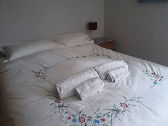 Central Chichester- Kingsized bed and ensuite