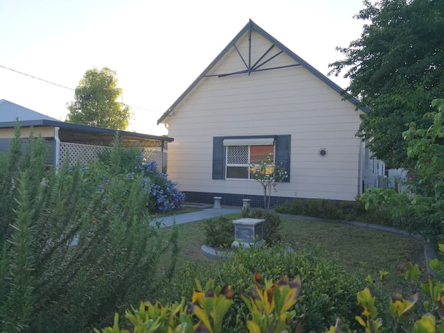 Spacious 6BR House w/ Netflix near Singleton CBD