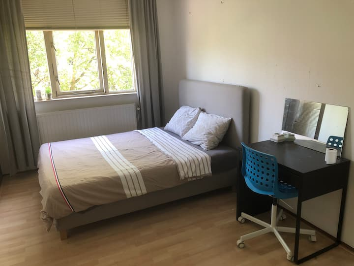 Simple double room in the center