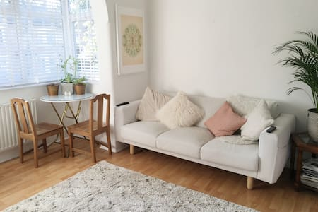 Lovely room in fab Carshalton, London (Zone 5) - Apartament