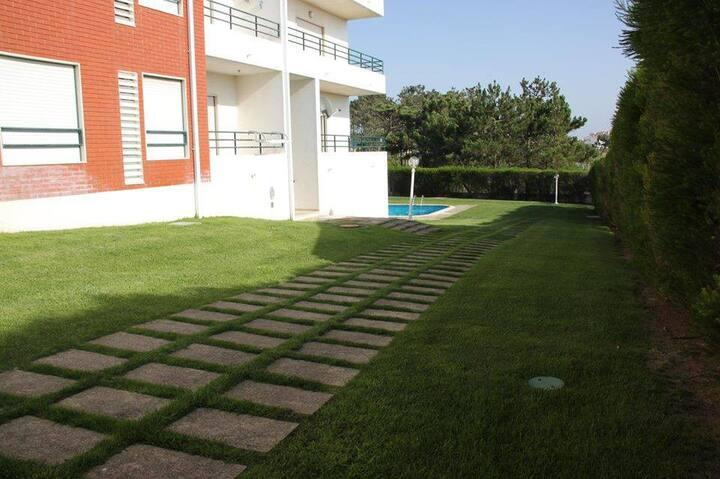 T2 em condomínio privado com piscina e garagem