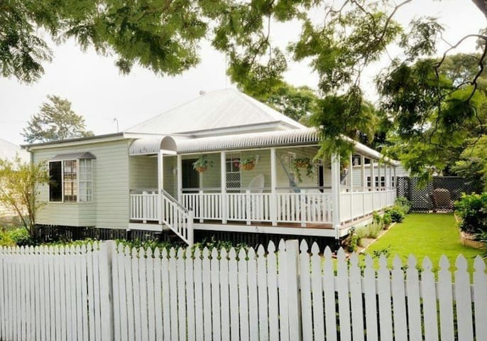 Queenslander, close to town, 2 single beds & pool