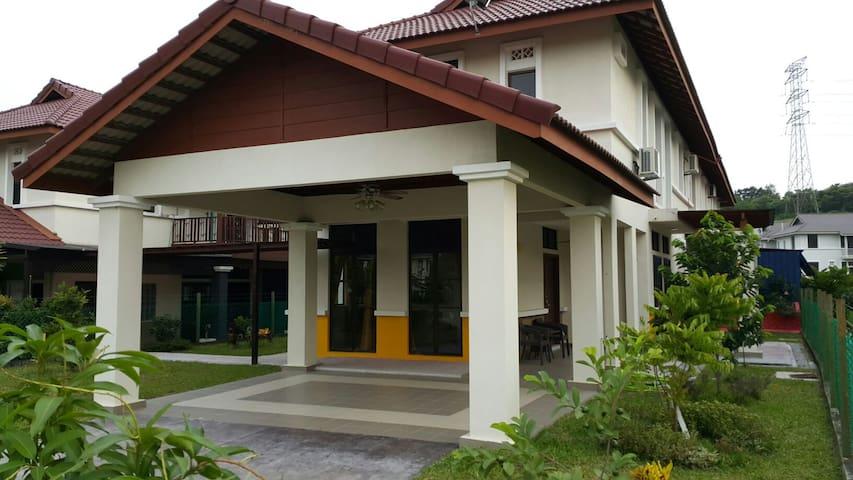 Malay Kampung Style Homestay - Nilai - House