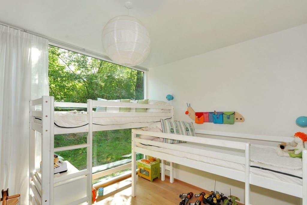Køjesenge det er muligt at ligge en madras på gulvet hvis der er et trejde barn.