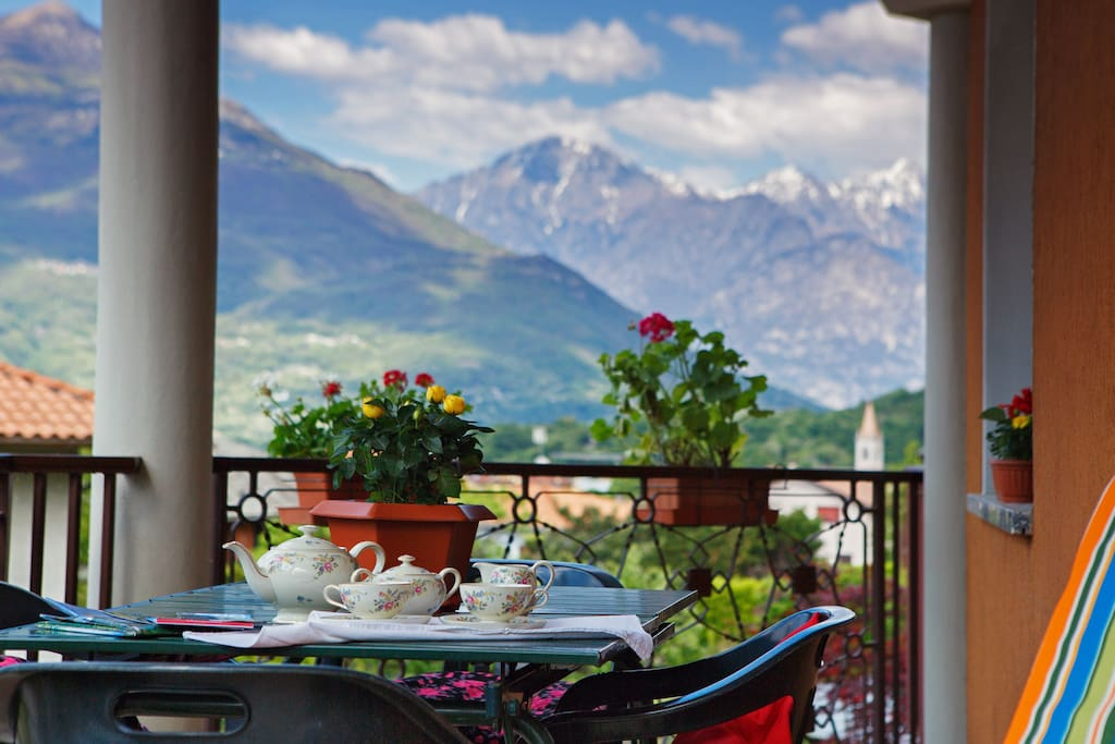 The perfect spot for breakfast.. have a coffee and enjoy these lovely panoramic views