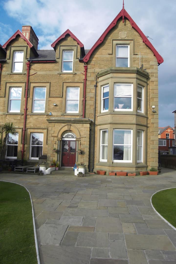 Beautiful 2 bedroom, Seafront location