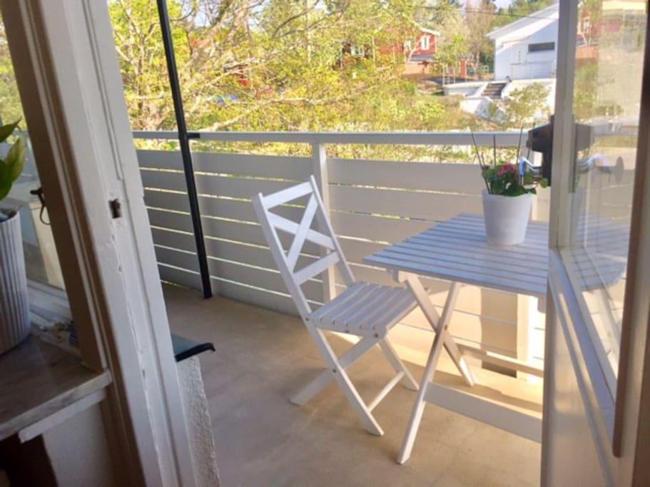 Stor balkong med utemöbler