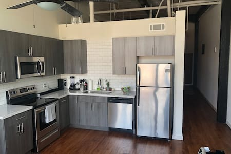 Perfect Downtown loft- Prime location & parking!