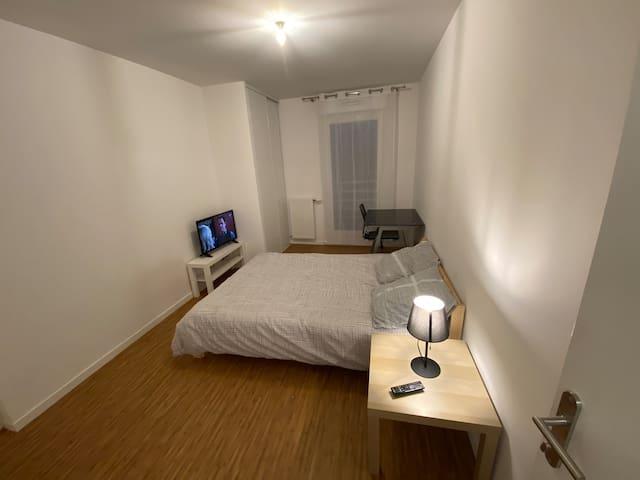 Chambre privée avec dressing, bureau et douche