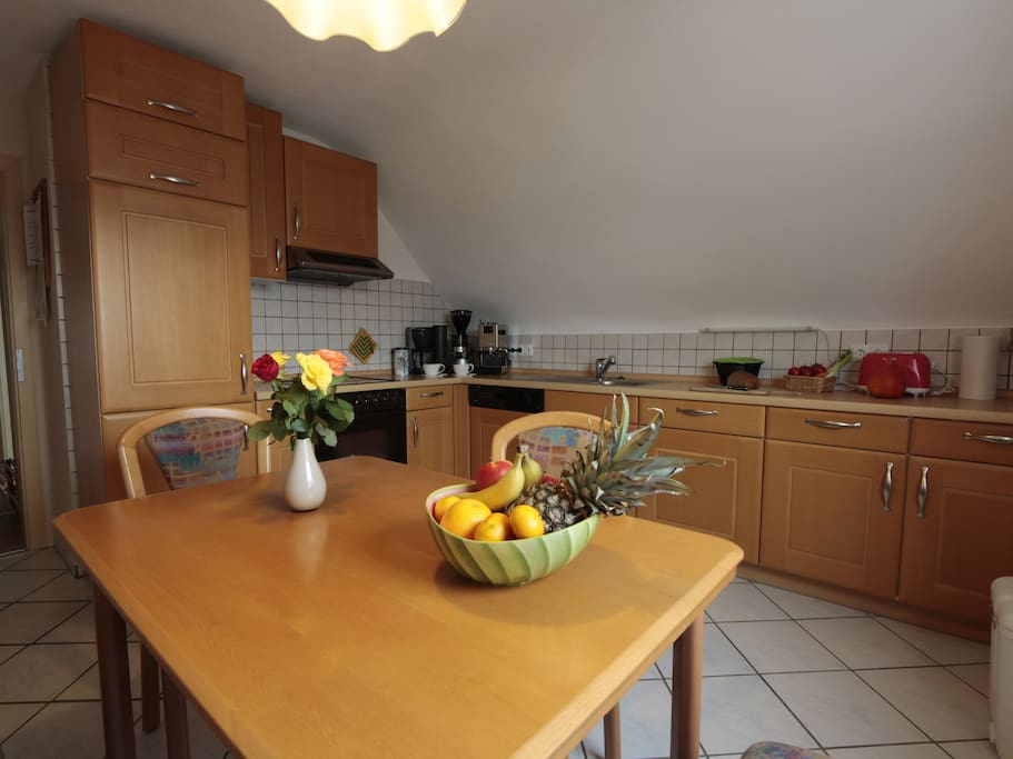 Voll ausgestattete Küche mit Herd/Cerankochfeld, Spülmaschine und Kühl/Gefrierkombination, Essplatz mit Eckbank für 4 Personen