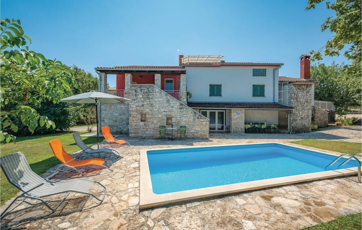 Stunning home in Rovinj with WiFi and 5 Bedrooms