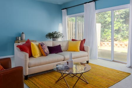 Chic Retreat Near RDU - Adosado