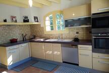 Cuisine équipée (lave-vaisselle, micro-ondes, four traditionnel, plaques vitro, ustensiles de cuisine et couverts)