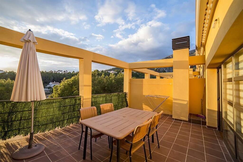 Terraza privada en la zona exterior con vistas abiertas a la montaña y al sky line de Benidorm
