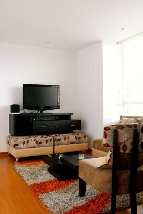 Acogedora sala con televisión y cable