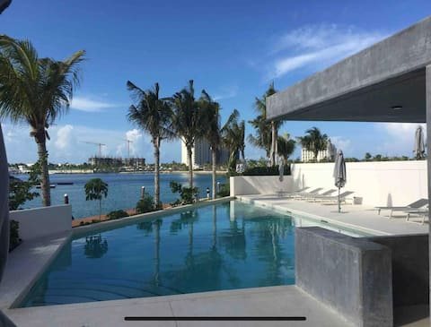 Seafront ocean view apartment. Great location