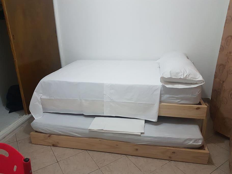 Cama queen con cama tarima sencilla