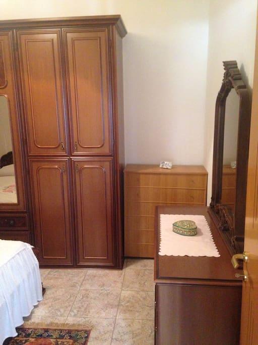 Camera matrimoniale con lettino aggiuntivo se dovesse servire.