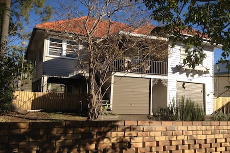 A Queensland house 20mn from CBD by train. - Corinda