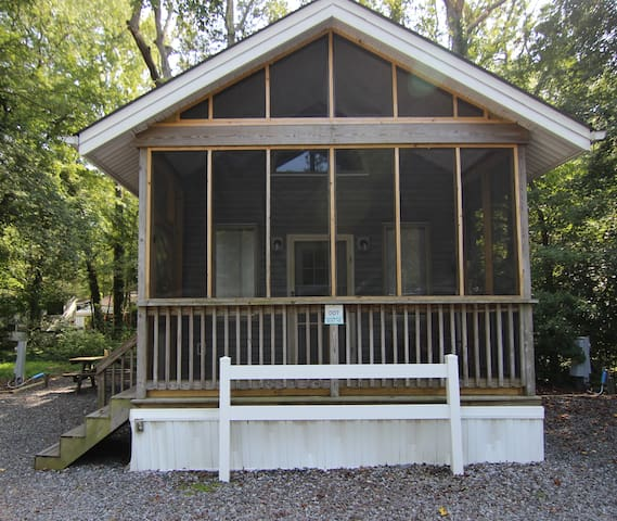 Dog Friendly Ultra Cabin with Screen Porch